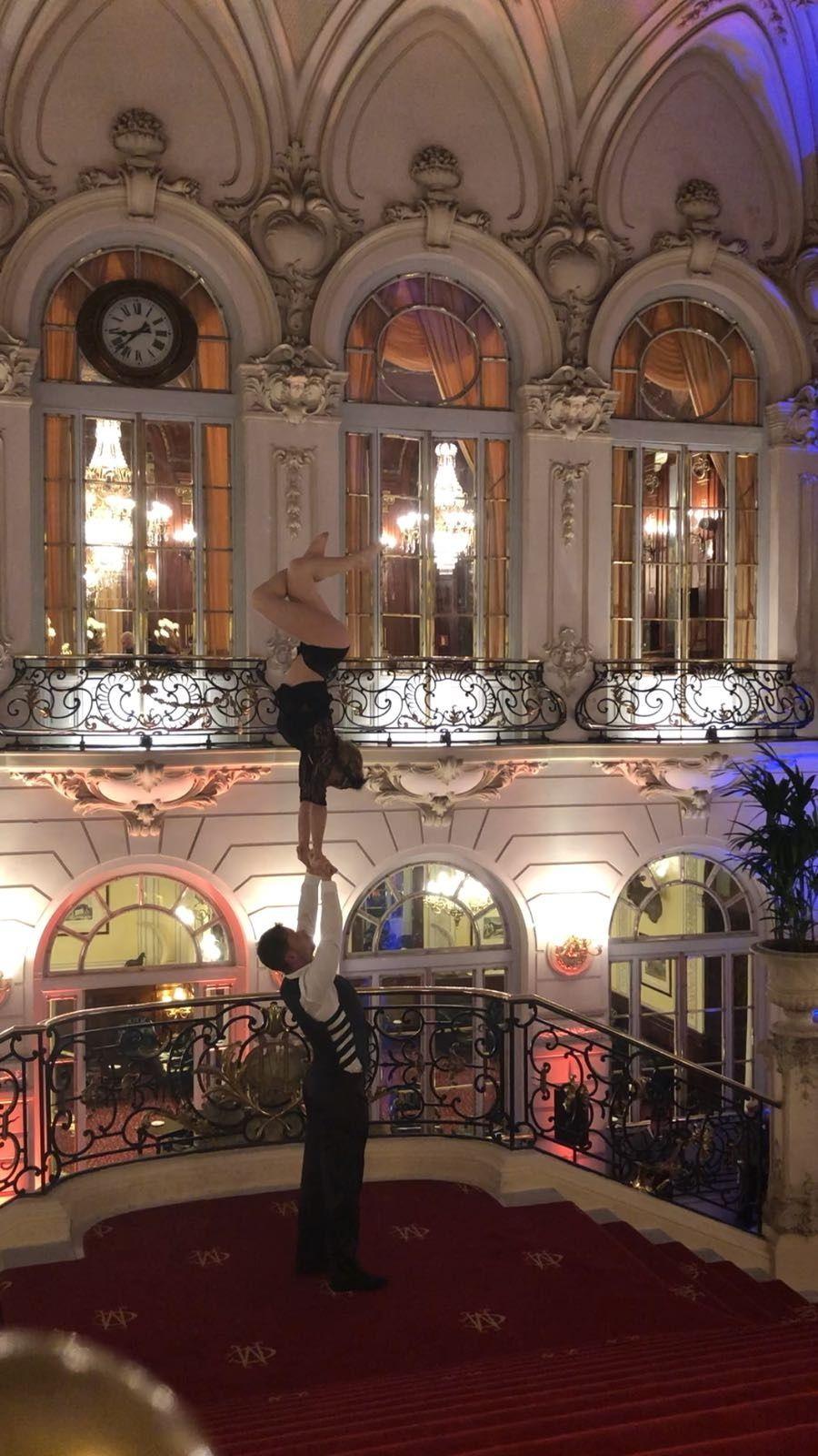 Acróbatas de Dancem Espectáculos en el Casino de Madrid